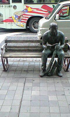 ベンチに腰掛けるサックス青年at横須賀中央大通り